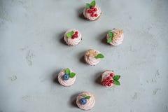 Muffins mit Moosbeeren, Korinthen und Blaubeeren Esprit mit zwei Kuchen Lizenzfreies Stockfoto