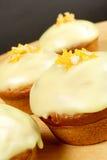 Muffins mit orange Sternen Stockfotos