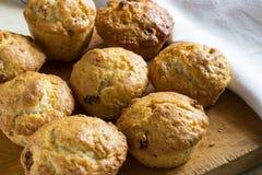 Muffins mit Rosine lizenzfreie stockbilder