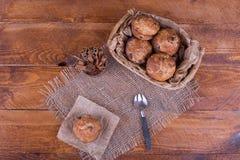Muffins mit Rosinen auf hölzernem Hintergrund Stockbild