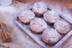 Muffins mit Rosinen auf hölzernem Hintergrund Konzeptlebensmittel Stockfotografie