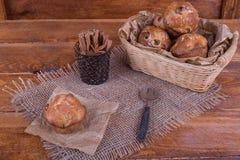 Muffins mit Rosinen auf hölzernem Hintergrund Konzeptlebensmittel Stockfoto