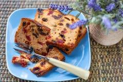 Muffins mit Rosinen und Blumenstrauß des Lavendels auf einem rustikalen Holztisch stockbild