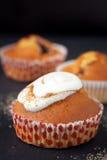 Muffins mit Schlagsahne Stockbild