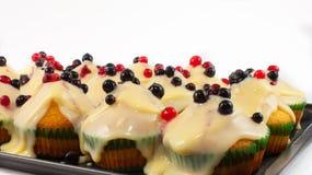 Muffins mit Vanillepudding und frischen Beeren Lizenzfreies Stockbild