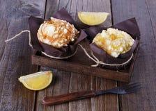 Muffins mit Zitronengeschmack auf dunklem hölzernem Hintergrund Stockfotos