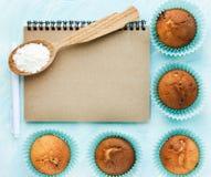 Muffins na błękitnym tle kulinarnym notatniku dla pisać r i Obraz Royalty Free
