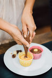Muffins na ciasto torby półkowych ludziach Obraz Royalty Free