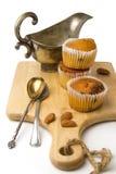 Muffins na rozcięcie drewnianej desce Obrazy Stock