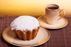 Muffins na filiżance kawy i talerzu Fotografia Stock