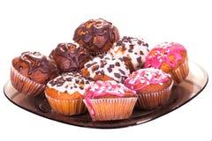 Muffins na talerzu na bielu odizolowywającym Zdjęcia Royalty Free