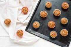 Muffins op een bakseldienblad Royalty-vrije Stock Foto's