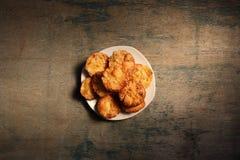 Muffins op een houten achtergrond met een plaats voor ontwerp Stock Afbeeldingen