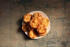 Muffins op een houten achtergrond met een plaats voor ontwerp Stock Afbeelding