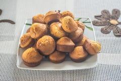 Muffins op een plaat Stock Fotografie