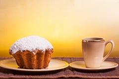 Muffins op een plaat en een kop van koffie Stock Fotografie