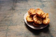 Muffins op een plaat op een houten levendige achtergrond Stock Foto