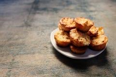Muffins op een plaat op een houten levendige achtergrond Stock Fotografie