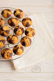 Muffins op een plaat op lichte houten achtergrond Royalty-vrije Stock Foto