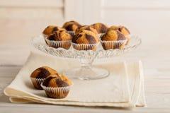 Muffins op een plaat op lichte houten achtergrond Royalty-vrije Stock Foto's