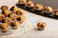 Muffins op een plaat op lichte houten achtergrond Royalty-vrije Stock Afbeelding