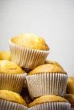 Muffins op plaat Stock Foto's