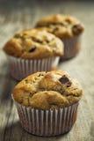 Muffins op rustieke landbouwbedrijflijst. Royalty-vrije Stock Foto