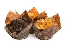 Muffins pakowali w opakowaniu odizolowywającym na bielu Obrazy Royalty Free