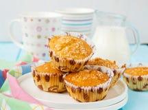 Muffins Pina Colada met ananas en kokosnoot Stock Afbeeldingen