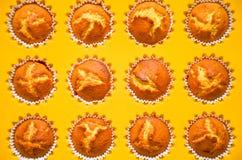 Muffins, torty, chlebowe rolki w wypiekowym naczyniu Fotografia Stock