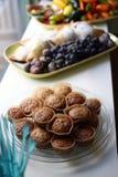 Muffins und frische Frucht Stockfotos
