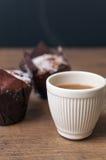 Muffins und Kaffee auf dunklem hölzernem Hintergrund Stockfotos