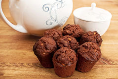 Muffins und Teller Stockbild