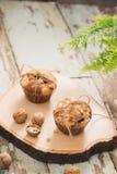 Muffins van de Dellicious de eigengemaakte noot op lijst Zoete Gebakjes stock foto