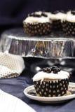 Muffins vom Grieß mit Blaubeerstau und -creme Stockfotografie