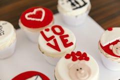 Muffins voor valentijnskaartendag Stock Foto's