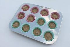 Muffins w niecce przygotowywającej piec odosobnionego na białym tle Zdjęcie Royalty Free