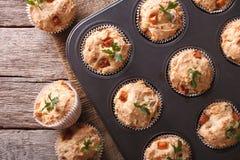 Muffins z baleronem i serem zamkniętymi up w pieczenia naczyniu horyzontalny Obraz Royalty Free
