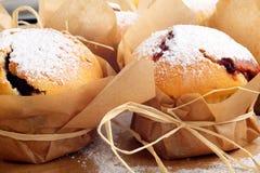 Muffins z dżemem kropiącym z sproszkowanym cukierem Obrazy Royalty Free