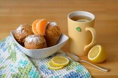 Muffins z herbatą i cytrynami Zdjęcia Royalty Free