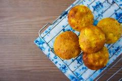 Muffins z jabłkiem na chłodniczym stojaku Zdjęcia Royalty Free