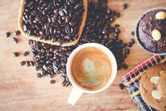 Muffinschokolade und heißer Kaffee Stockfotos