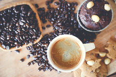Muffinschokolade und heißer Kaffee lizenzfreie stockbilder
