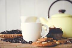 Muffinschokolade und heißer Kaffee stockfotografie