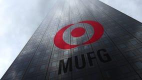 MUFG-embleem op een wolkenkrabbervoorgevel die op wolken wijzen Het redactie 3D teruggeven Royalty-vrije Stock Afbeelding