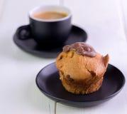 Mufin op zwarte koffieplaat op witte lijst royalty-vrije stock foto's