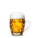 Mug вполне свежего пива изолированного на белизне Стоковые Фото