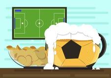 Mug в форме футбольного мяча с пивом kraft пены и плитой кудрявых картофельных стружек Против фона ТВ иллюстрация вектора