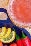 Mug пиво, сковорода чугуна с красным перцем, зажаренная креветка и дольки лимонов Деревянная предпосылка Взгляд сверху, Copyspace Стоковое Фото