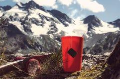 mug с сильными чаем и пакетиком чая на снежной предпосылке зимы стоковые фото